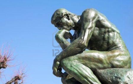 1010332-una-copia-de-la-famosa-escultura-de-bronce-de-auguste-rodin-el-pensador
