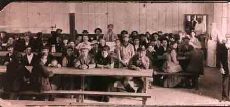 inmigrantes_en_la_mesa-1880